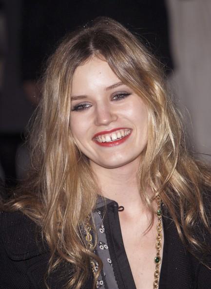 """Imagem da notícia: Moda olha de outra forma para """"imperfeições"""" dentárias"""